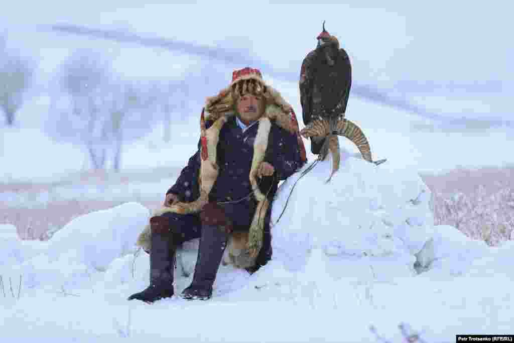 Мъж чака в преспите със златния си орел.