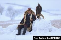 Un vânător de vulturi urmărește o acvilă de munte, regiunea Almaty din Kazahstan, 5 decembrie. (Petr Trotsenko, RFE/RL)