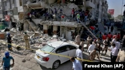Поисково-спасательные работы на месте взрыва в жилом здании в пакистанском городе Карачи. 21 октября 2020 года.