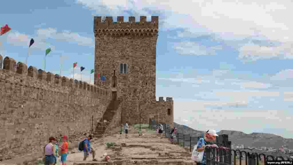 Верхняя часть укрепительных сооружений была построена первой: так называемая цитадель, включающую в себя четыре башни, соединенная в один комплекс стеной, идущей практически по гребню горы, Консульский замок и Дозорную (Девичью) башню
