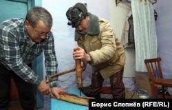 Жители Чинонги пытаются понять, как работает старинное сверло