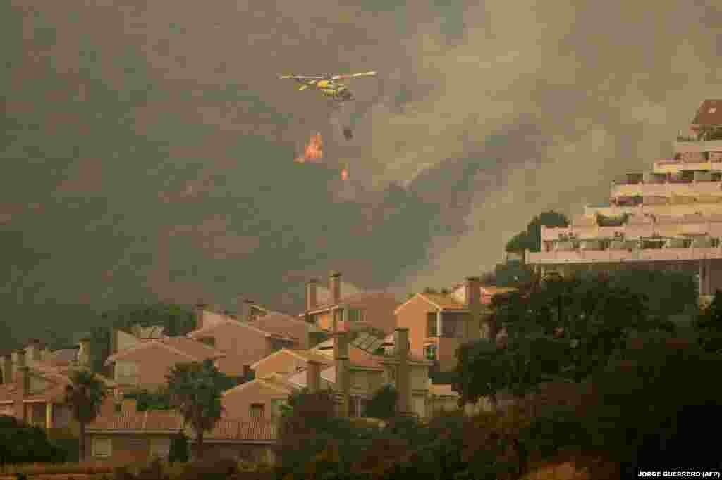 A mentésben negyvenegy tűzoltó repülőgép vesz részt, és több mint háromszáz tűzoltó