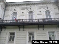 Балкон на здании бывшего горкома КПСС в Новочеркасске, откуда выступали рабочие