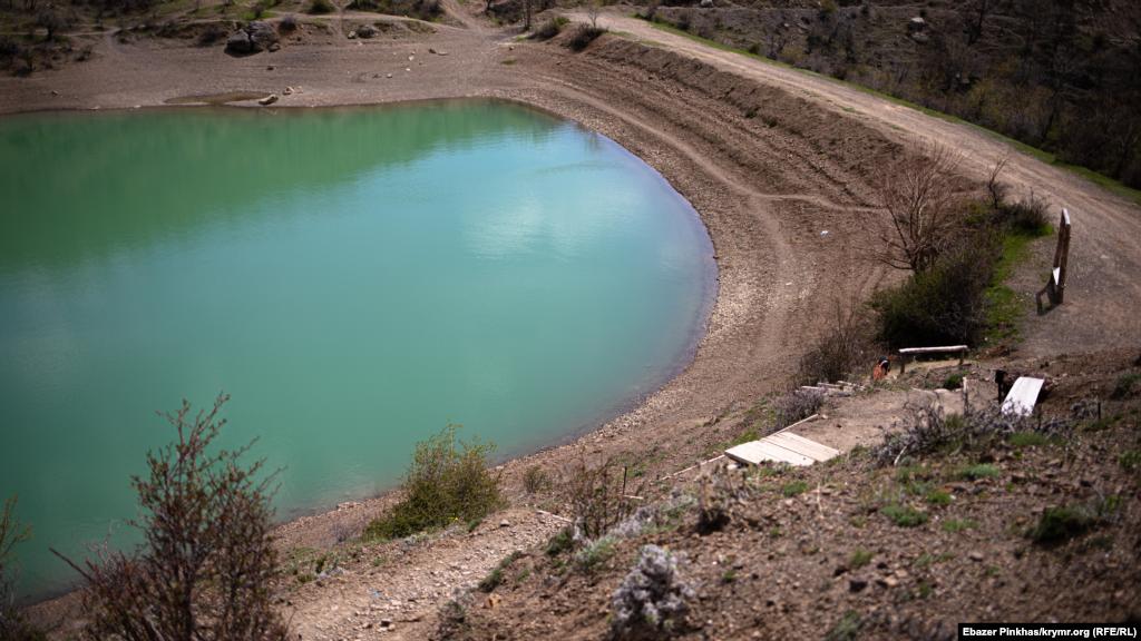 Гірське озеро, що розташоване неподалік від центру села, наповнюється підземними джерелами та джерелами з дна водойми