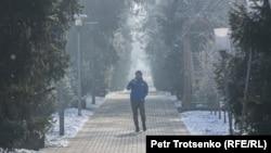 Прохожий на улице в Алматы. 4 января 2021 года.