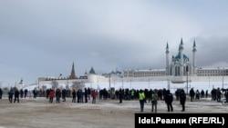 """По информации корреспондента """"Idel.Реалии"""" на митинге 14 февраля в Казани на разрешенной властями площадке было около 200 человек, за ограждениями еще несколько сотен"""