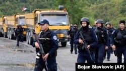 Kosovë: policë të njësiteve speciale të Policisë së Kosovës, ndërmjet barrikadave me kamionë të serbëve lokalë, në veri të Mitrovicës (20 shtator 2021).