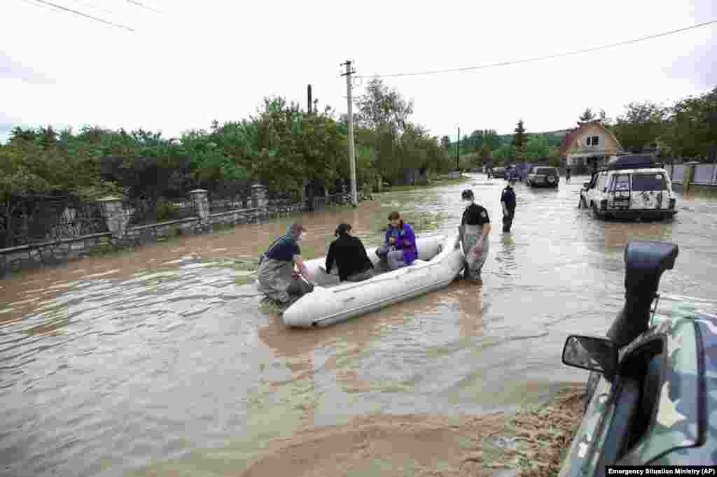 Рятувальники евакуюють жителів затопленого селища Ланчин в Івано-Франківській області, 24 червня