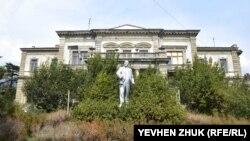 Памятник Ленину «атакует» кустарник