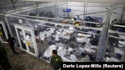 Migrantska deca u centru za decu bez pratnje odaslih u centru u gradu Dona u Teksasu, 30. mart 2021.