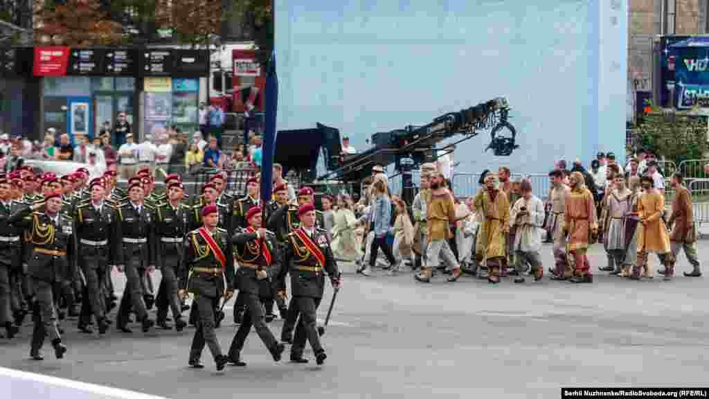 Останні приготування до параду. Парадні розрахунки проходять Хрещатиком. Поруч готуються актори до візуалізації історії України