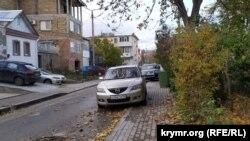 Припаркованные на тротуарах в Севастополе автомобили