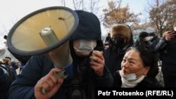 """""""Нұр Отан"""" партиясына қолдау білдіріп тұрған адамдар. Алматы, 10 қаңтар 2021 жыл."""