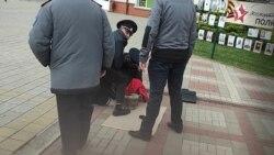 Полиция избивает активиста