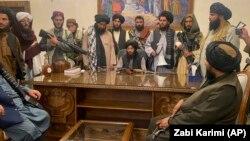 Талибански борци ја преземаат контролата врз авганистанската претседателска палата во Кабул, 15 август 2021 година