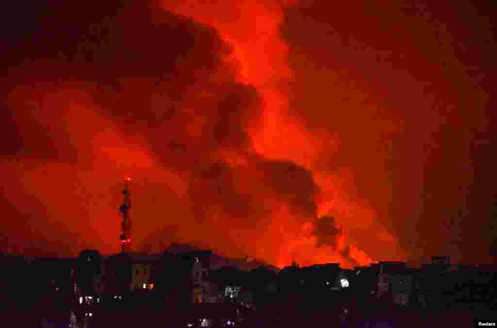Sute de case și clădiri din apropierea MunteluiNyiragongoau fost distruse, îngropate de lavă.