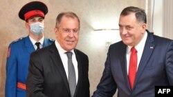 Szergej Lavrov és Milorad Dodik kezet fog a találkozójukon. 2020. december 14.