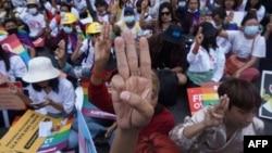 A három ujj felemelése lett a mianmari tüntetések szimbóluma