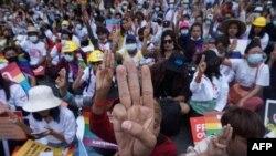 Mianmari tüntetők Rangunban 2021. február 19-én.