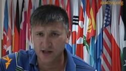 Жанат Есентаев поет песню: «Что изменилось за 20 лет?»