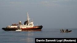 Kasno popodne 9. maja najmanje devet čamaca prepunih migranata iskrcalo se na italijansko ostrvo, na kome se nalazi prihvatni centar (arhivska fotografija)