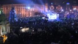 Тысячи людей поют национальный гимн на Майдане
