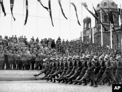 Немецкие войска маршируют по Вене, Австрия. 1938 год