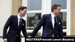 Az akkori luxembourgi miniszterelnök, Xavier Bettel (j) érkezik partnerével esküvői ceremóniájukra 2015-ben