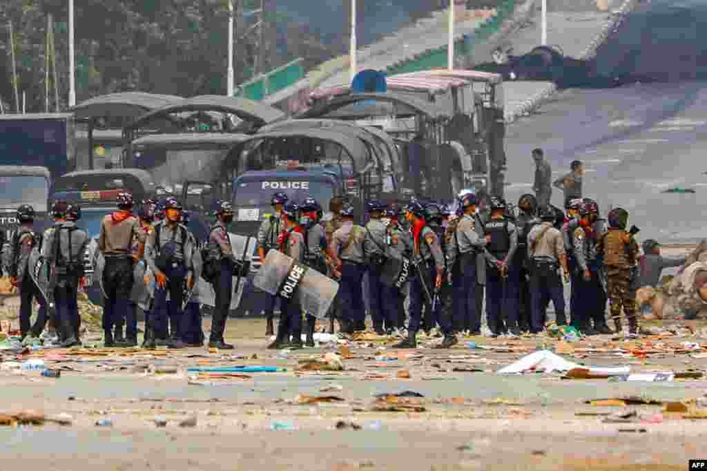 Демонстранттардын баррикадасы ойрон кылынды. Янгон шаарындагы Хлаинг Тхаряр шаарчасы, Бирма. 2021-жылдын 14-марты.