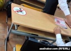 Стикер на парте для соблюдения дистанции в Ашхабадской школе