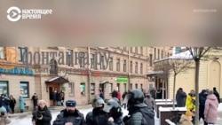 Петербургдаги намойишчилар гуруҳи полициячиларни қувмоқда