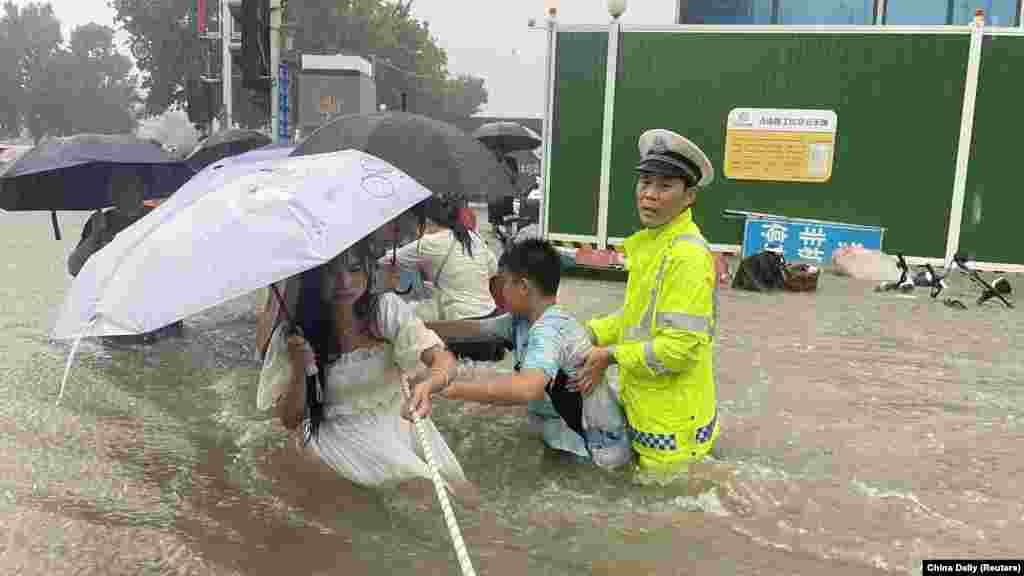 U Džengdžou, gradu s više od 12 miliona stanovnika, smještenom na obalama Žute rijeke, 12 ljudi je smrtno stradalo u poplavi podzemne željeznice, dok je više od 500 ljudi spašeno, objavile su tamošnje vlasti, 20. juli. (na fotografiji: poplave uDžengdžouu)
