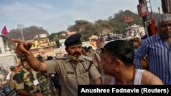 Hindistanda dini festivala polis müdaxilə edir, 12 aprel, 2021-ci il