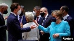 Njemačka kancelarka Angela Merkel razgovara s austrijskim kancelarom Sebastianom Kurcom tokom samita EU u zgradi Europskog vijeća u Briselu, Belgija, 24. juna 2021.