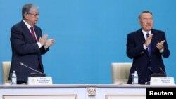 Президент Казахстана Касым-Жомарт Токаев и бывший президент Нурсултан Назарбаев на съезде правящей партии «Нур Отан» в Нур-Султане, Казахстан, 23 апреля 2019 года.