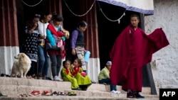 Люди гуляют в районе Тибета.