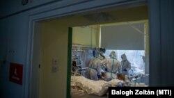 Védőfelszerelést viselő ápolók és orvosok az Országos Korányi Pulmonológiai Intézet koronavírussal fertőzött betegek fogadására kialakított intenzív osztályán