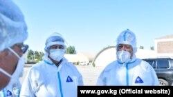 Кубатбек Боронов в защитном костюме на территории обсервации.