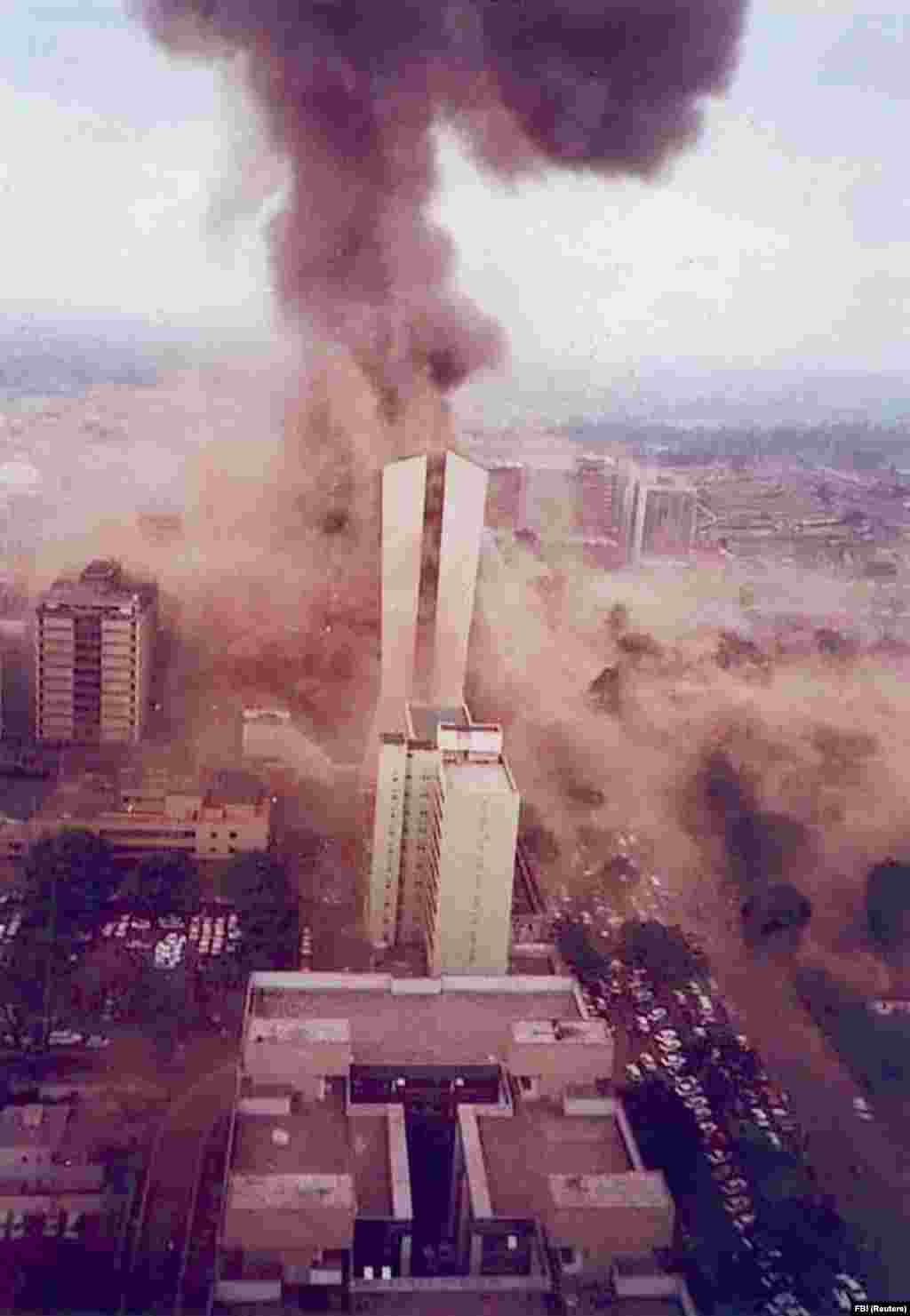 Шлейф дыма уходит в небо через мгновение после взрыва заложенной в грузовике бомбы у посольства США в Найроби, Кения, в 1998 году. В 1990-х годах бин Ладен взял ответственность за несколько террористических атак, включая взрывы грузовиков у посольств США в Кении и Танзании. Подавляющее большинство из 224 человек, погибших в результате терактов, были местными жителями.