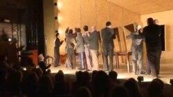 Amatorii de teatru îl salută pe regizorul rus Kiril Serebrenikov după eliberarea din arest la domiciliu