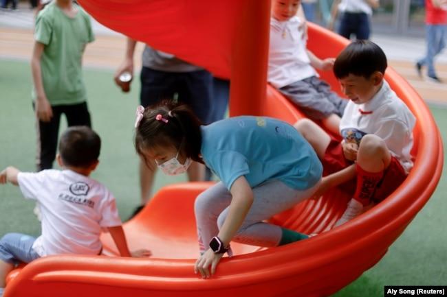 Дети на игровой площадке в торговом комплексе в Шанхае. Июнь 2021 года
