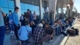 Мусофирони бандмонда дар фурудгоҳи шаҳри Душанбе