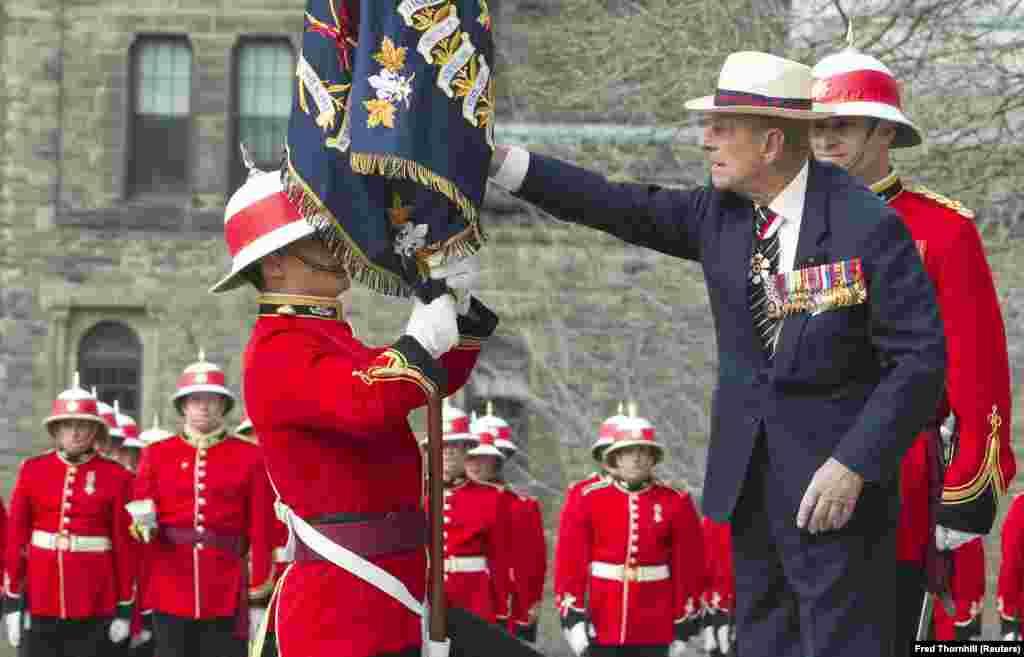 Alteța Sa Regală, Prințul Philip, Duce de Edinburgh, alături de locotenentul Bronson Peacock de la Batalionul 3 al Regimentului Regal Canadian, la o ceremonie ce a avut loc în Queen's Park din Toronto, 27 aprilie 2013. Ducele de Edinburgh a fost colonel-șef al Regimentul regal canadian din 1953. REUTERS / Fred Thornhill