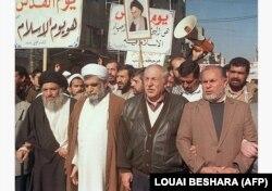 در کنار محمدحسن اختری، سفیر وقت جمهوری اسلامی در سوریه در راهپیمایی روز قدس در ارودگاه فلسطینی یرموک در بهمن ماه ۷۶