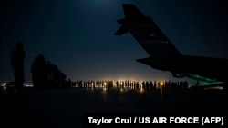 Një aeroplan i Forcave Ajrore të SHBA gjatë evakuimit të personelit dhe civilëve afganë nga Afganistani. Kabul, Afganistan, 21 gusht 2021. Foto: Taylor Crul / US AIR FORCE / AFP