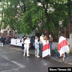 Câteva zeci de români s-au adunat duminică în fața ambasadei Belarusului pentru a-și manifesta solidaritatea cu poporul belarus