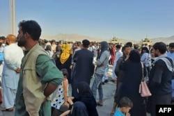 Люди, які хочуть вилетіти з Кабулу після того, як президент Афганістану Гані покинув країну. Кабул, 16 серпня 2021 року