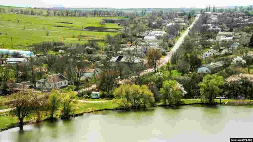 Улица Садовая села Мазанка огибает водохранилище с юга