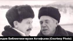 Виктор Астафьев и Валерий Золотухин. Овсянка. 1990-е гг.