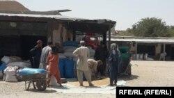 مردم در حال خرید گندم از یک دکان در جوزجان